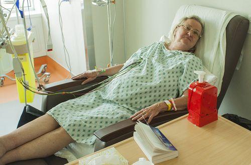 Pendant qu'elle se rétablit d'une intervention cardiaque, Norma Maege trouve qu'elle est plus confortable pour se détendre et dormir dans l'un des nouveaux fauteuils inclinables.