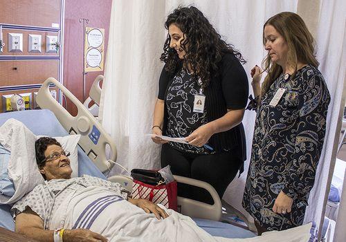Après son opération, Giovannina Agostinelli est renseignée sur ses médicaments par la pharmacienne Dana Wazzan (à gauche) et l'infirmière en chef de l'unité 8 ouest, Emanuela Ciarlelli.