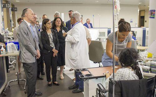 Au Département de l'urgence, le Dr Marc Afilalo parle des activités de la Zone d'évaluation rapide avec Danielle McCann.