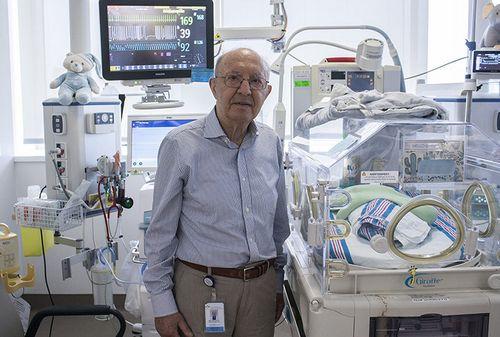 Le Dr Apostolos Papageorgiou dans l'Unité de soins intensifs néonatals à l'HGJ.