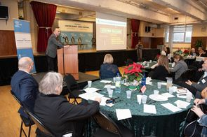 Dr Lawrence Rosenberg s'adressant aux participants du Forum