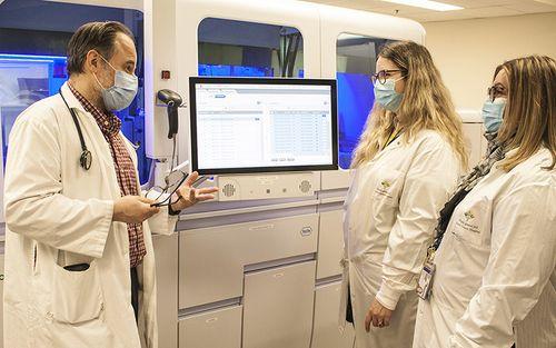 Le Dr Jerry Zaharatos parle de l'instrument cobas 8800, mis en service récemment à l'HGJ, et de sa fonction d'analyse automatisée des écouvillons des tests de dépistage de la COVID-19.
