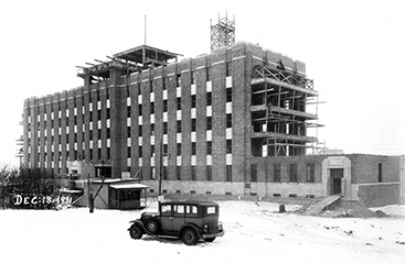 À la fin de 1931, la construction de l'HGJ allait bon train. À son ouverture en 1934, la structure montrée ici représentait l'entièreté de l'hôpital. De nos jours, il s'agit seulement du pavillon B, l'un des nombreux pavillons de l'HGJ.